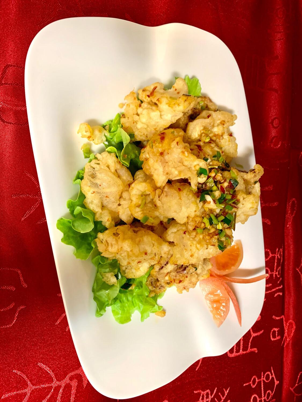 Calamar frit à la sauce sel et poivre en plat