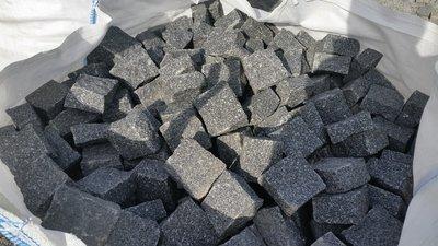 Pavé granit noir clivé - 31.25€/m2 HT