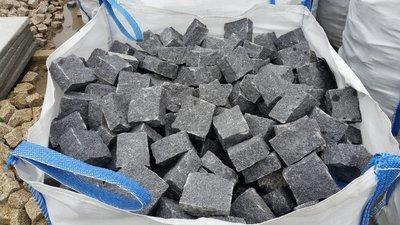 Pavé granit gris/foncé clivé - 11.13€/m2 HT