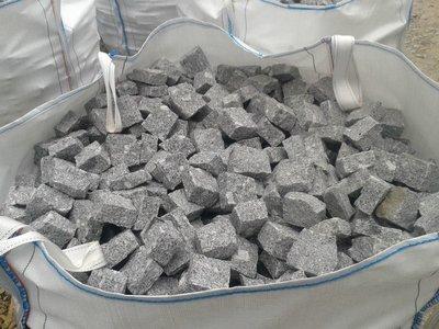 Pavé granit gris/bleu clivé - 7.40€/m2 HT