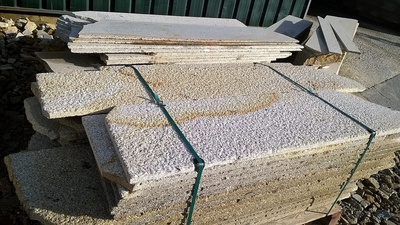 Revêtement en opus de granit jaune Lima a casser environ 2cm