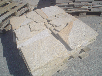Revêtement en opus de granit jaune Lima environ 2cm