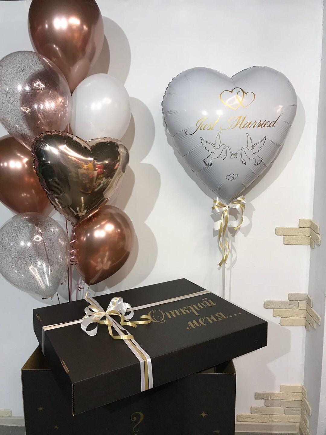 Композиция из воздушных шаров на свадьбу оформленные в коробку с индивидуальными надписями.