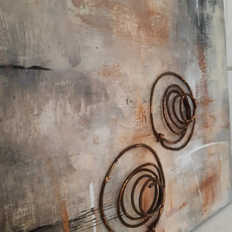 Abstraktes Leinwandbild mit Roststücken