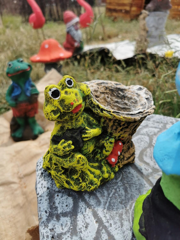 Froglet birdbath statue