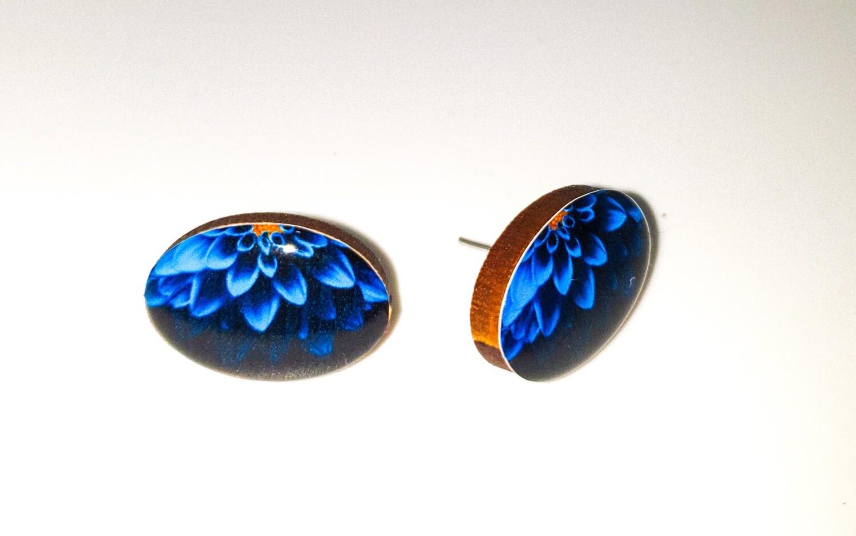 Dome stud earrings: blue daisy