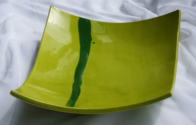 Grüne Plattenschale mit dunkelgrünem Streifen