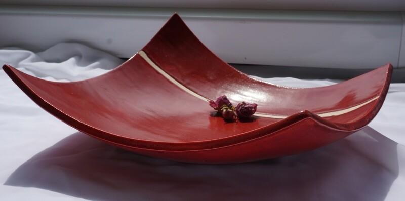 Rote Plattenschale mit weissem Streifen