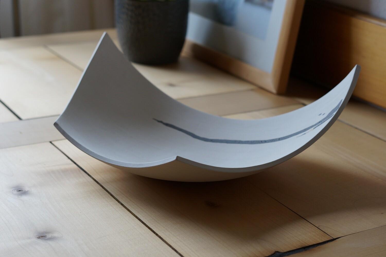 Weiße Schale mit grauem Streifen und kleinem Goldeffekt