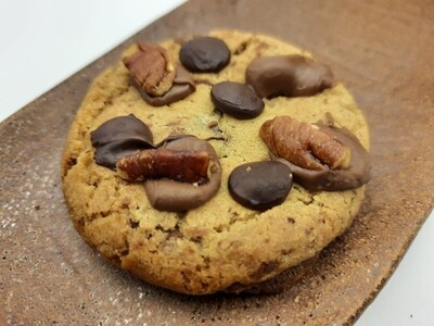 Soft milk chocolate and pecan cookies, 4 pack