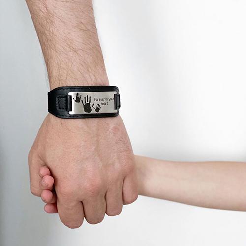 мужской браслет с гравировкой. пример фото на руке