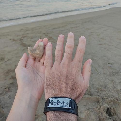 мужской браслет в подарок папе. пример фото на руке