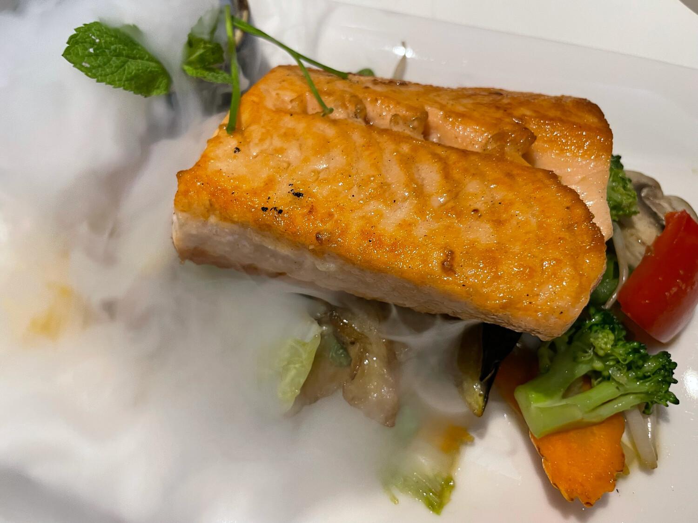Pavé de saumon grillé sur lit de légumes
