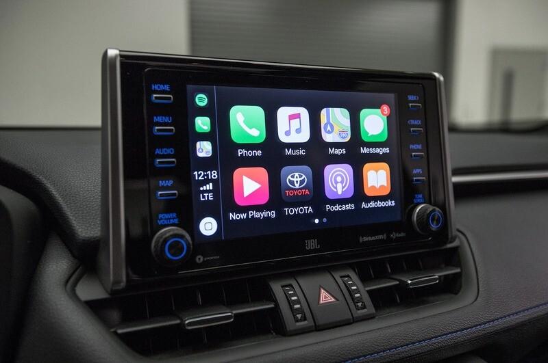 Обновление Toyota RAV4 и Corolla для активации функций CarPlay и Android Auto