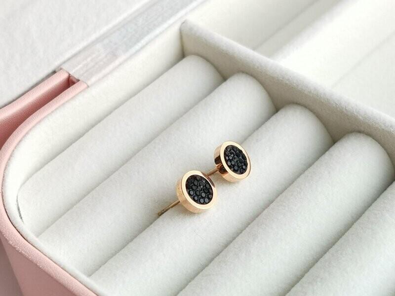 Серьги гвоздики с черными кристаллами.