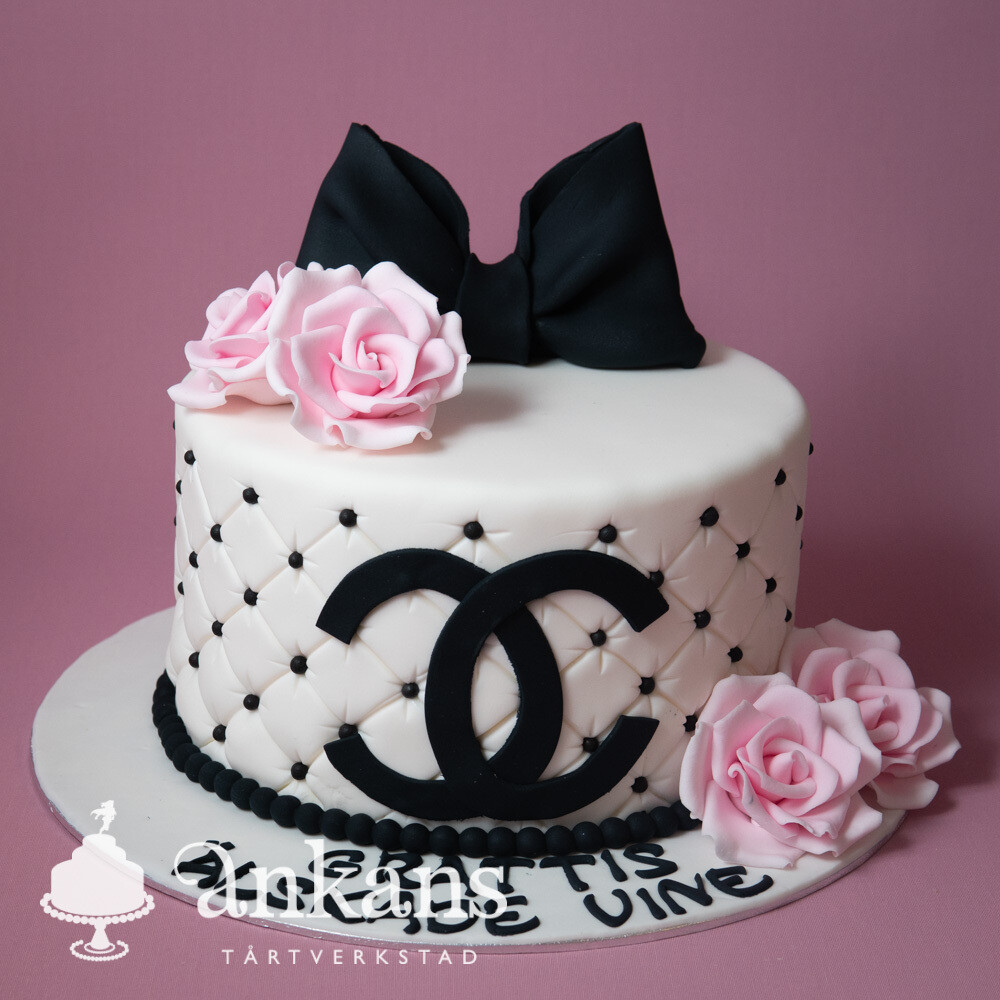 Chanel tårta med rosett och rosor