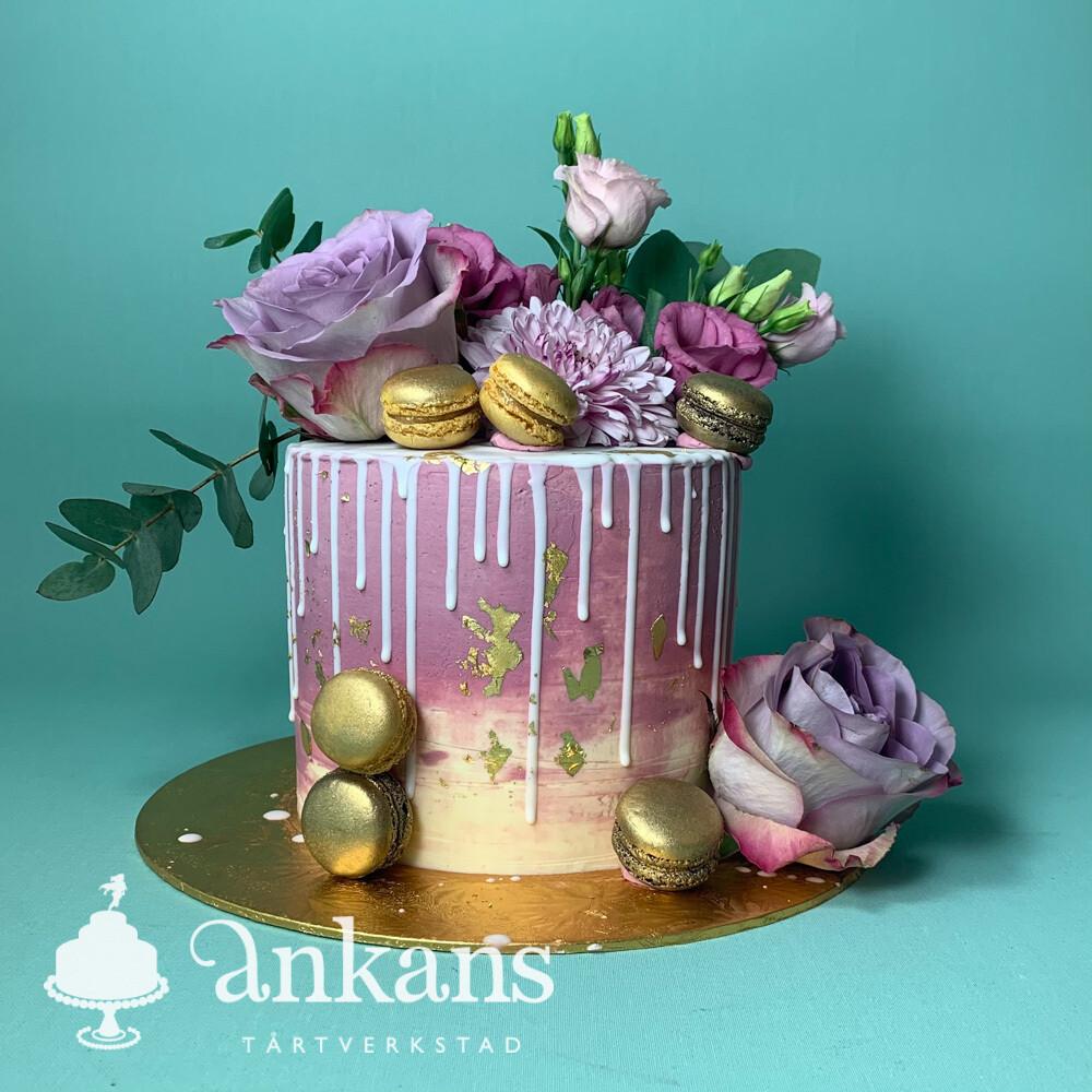 Tårta med dripp, äkta blommor och macarons
