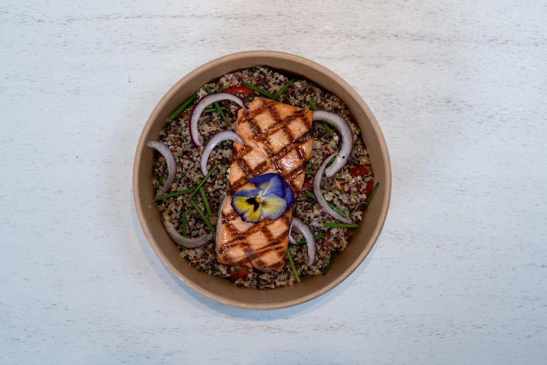 Salade de quinoa avec saumon grillé