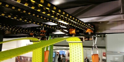 Sistema deslizante STRAP2GO (NUEVO): vagónes cubiertos, 11 posiciones, con correas de tirantes con carabiner para los chinchas de amarre de sujeción EN 12195-2 de 50mm de ancho.