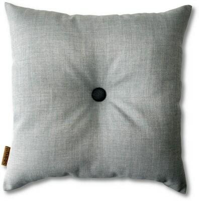 Lys grå pude med knap