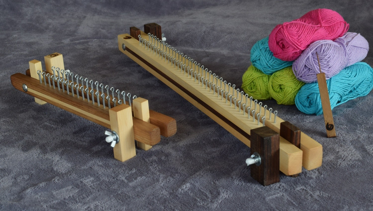 Knitting loom (fixed) with hook tool