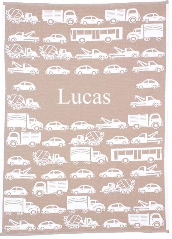 Babyfilt med bilar och med barnets namn. 75 cm x 100 cm