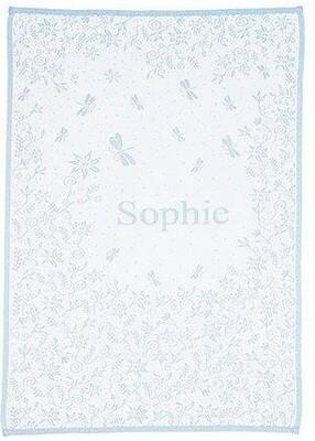 Babyfilt med blommor och barnets namn. 75 cm x 100 cm. Ljus blå