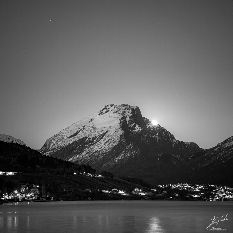 Supermånen kjem fram bak Ryssdalshornet