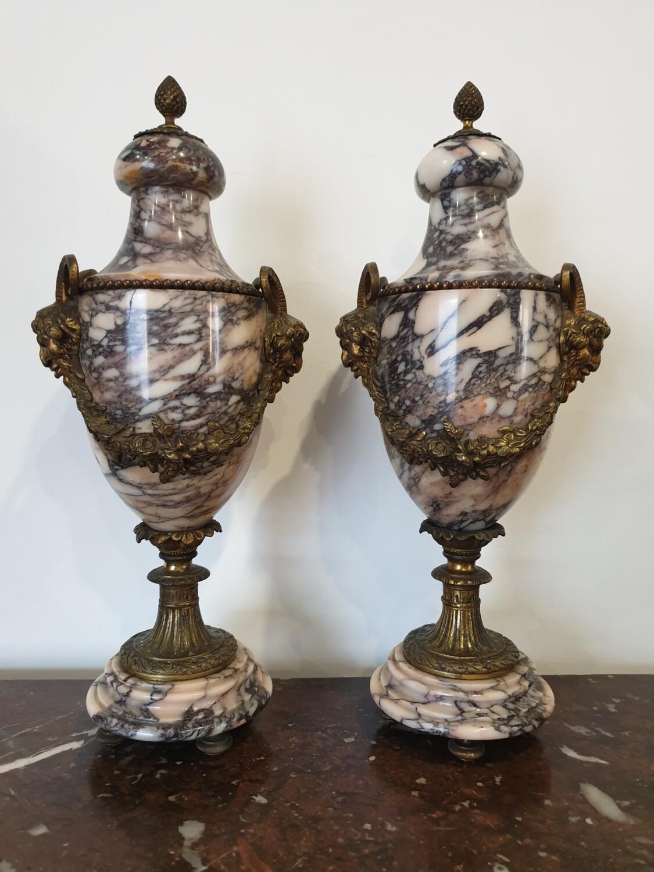 Paire d'urnes en marbre
