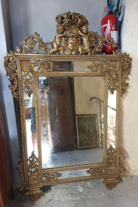 Miroir en bois doré richement sculpté