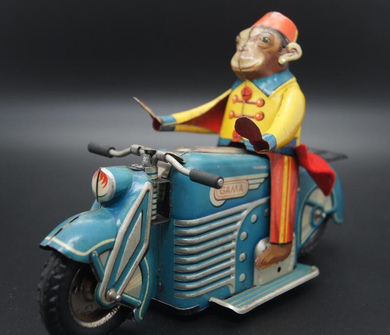 Gama Motorrad mit Affe