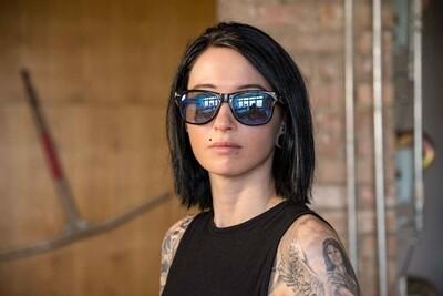 stylische Sonnenbrille im Holzlook