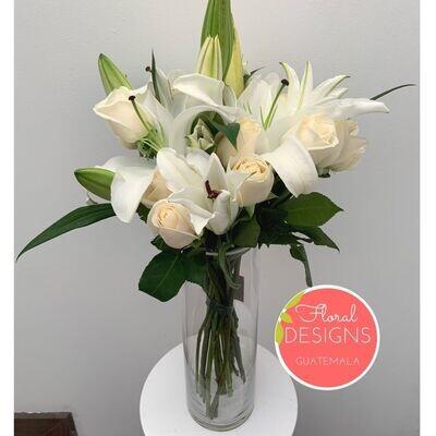 Bouquet de rosas y lirios en cilindro