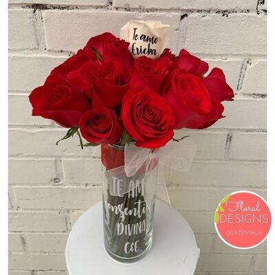 Bouquet de 24 rosas en cilindro personalizado