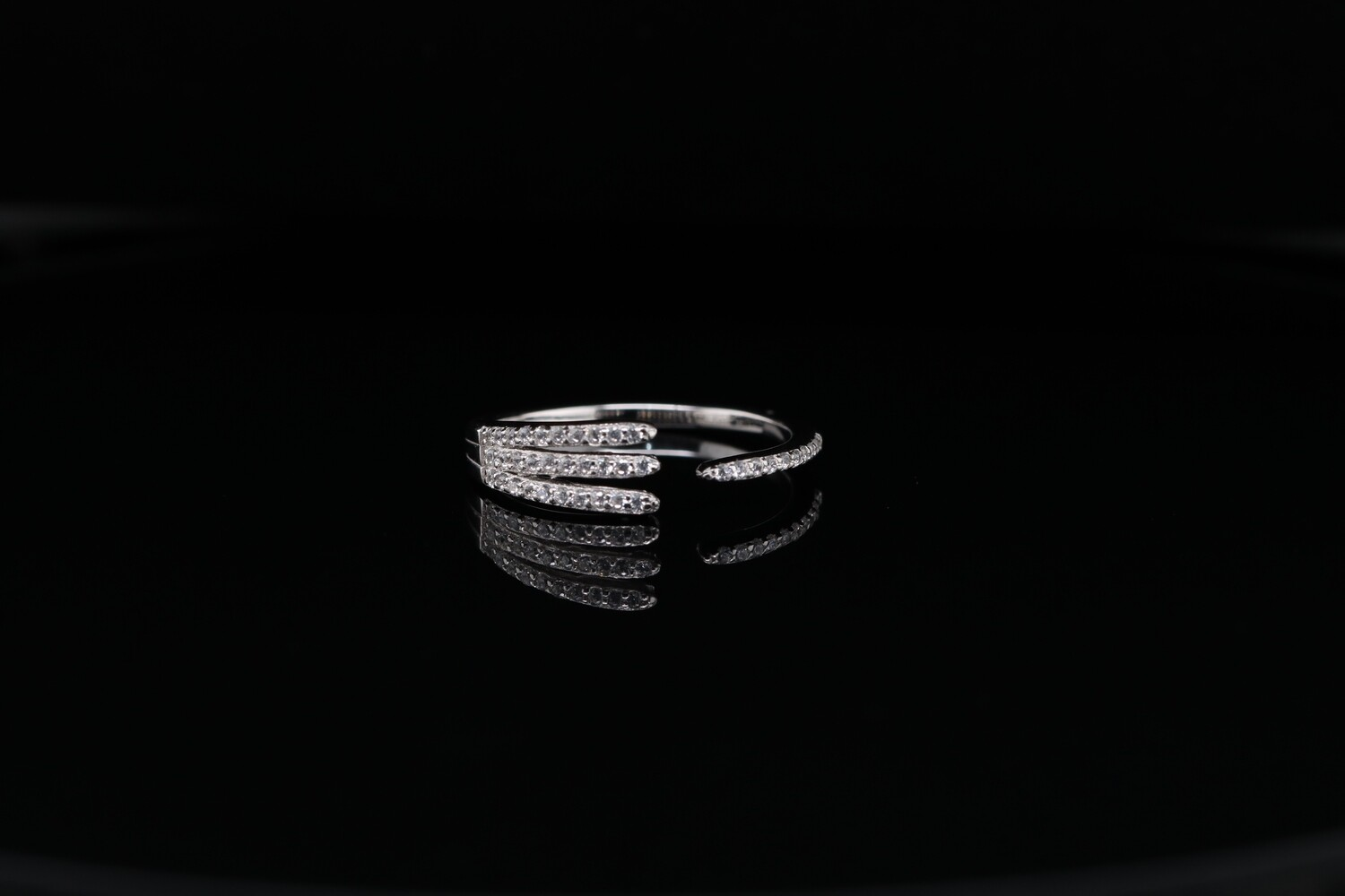 Solitaire Sparkling Round Ring