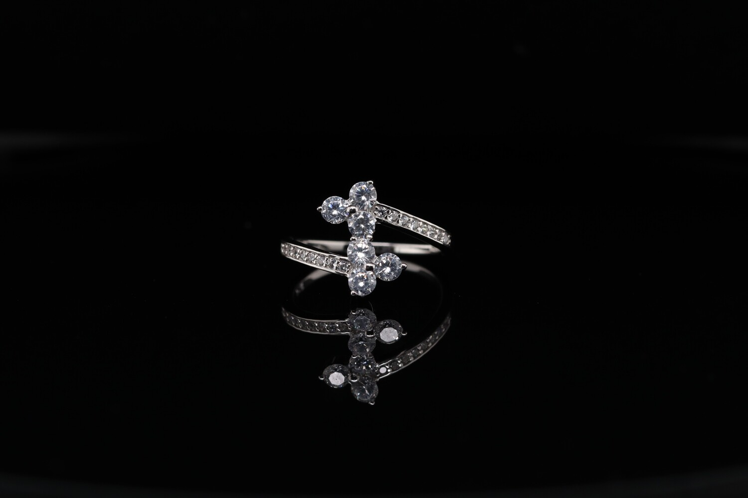 Solitaire Wiggle Sparkling Ring