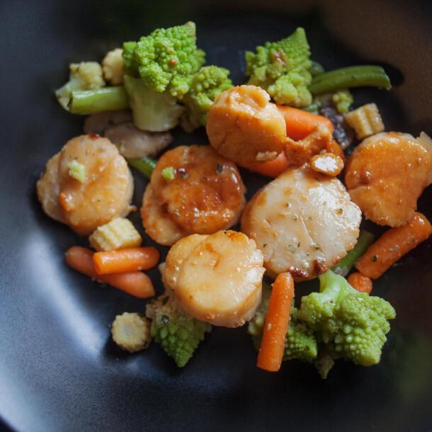 Coquilles saint Jacques aux scampis et légumes