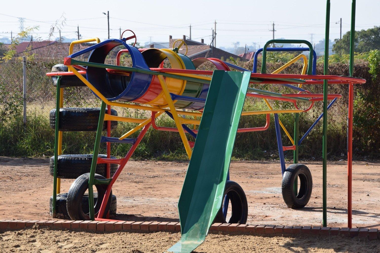 Bricks to build a playground-Speeltuin bouwsteentjes