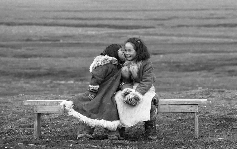 Сёстры. Бухта Провидения, Чукотка, Россия. 1992. Из серии «Нанук Севера»