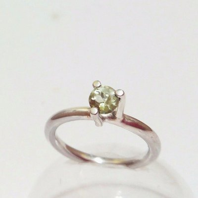 Anillo de diseño plata y olivino. Ideal como anillo de compromiso, Colección AIRE
