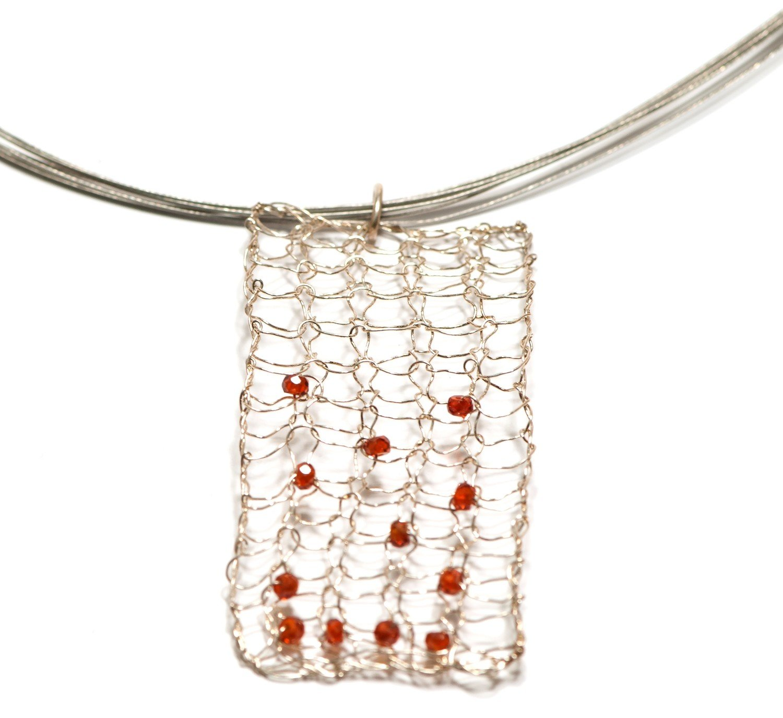 Colgante de plata tejida a mano y gemas naturales. Colección Redes
