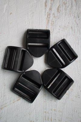 Пряжка трехщелевая усиленная Апри LS 50 (черная)