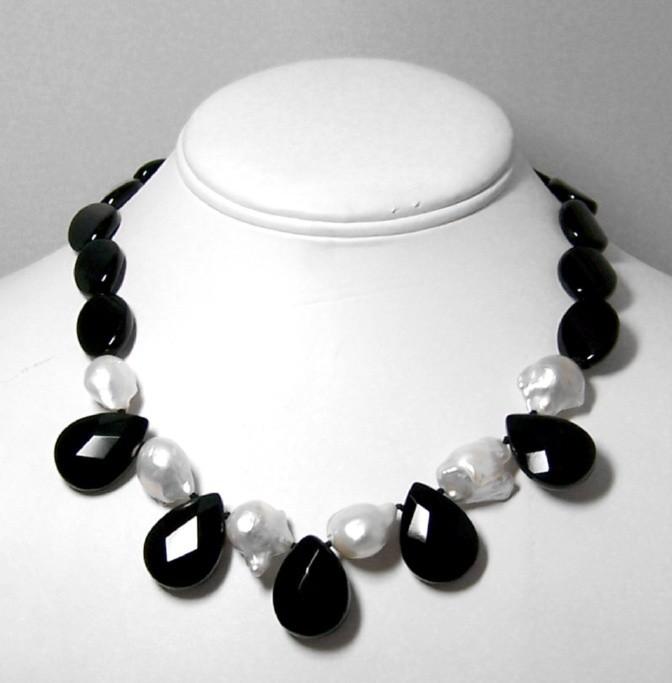 Onyx & baroque pearls necklace