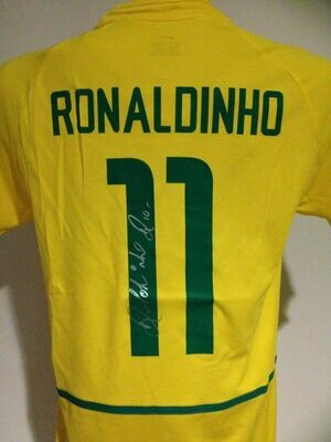 Brasile  Autografata da Ronaldo de Assis Moreira Ronaldinho con certificato di autenticita' Signed From Ronaldo de Assis Moreira Ronaldinho with certificate coa of authetincitiy