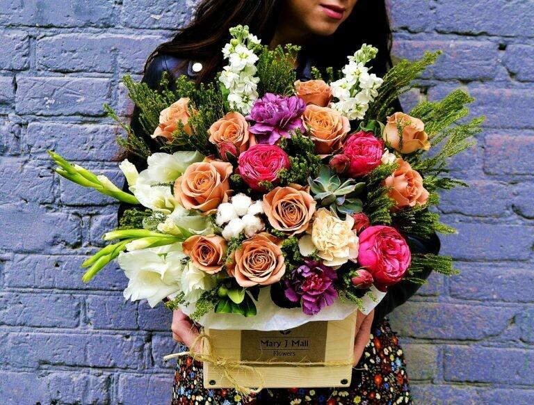 Цветы в деревянном ящике №77
