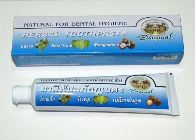 Коричневая зубная паста с мангостином в тюбике