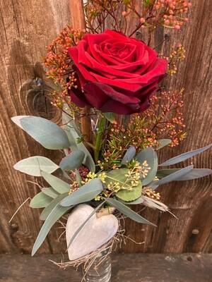 Rose mit Eukalyptus und Herz