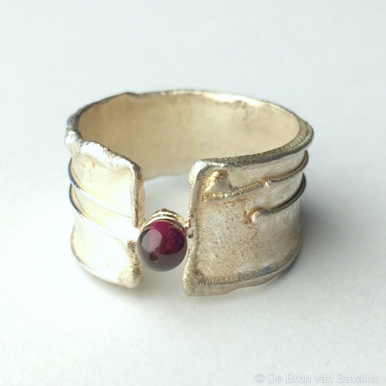 Ring in massief zilver m/1 bolletje granaat - Sofie Vanoosthuyse (België)