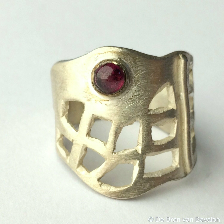 ring in massief zilver m/1 cabochon granaat - Sofie Vanoosthuyse (België) - Maat58