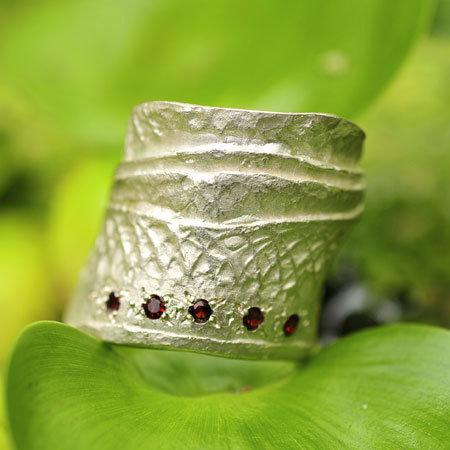 Ring in massief zilver met 5 briljantjes granaat - Ralf De Burchgrave (België) - Maat57,5